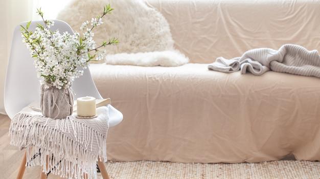 Mazzo di fiori in un vaso accanto a un divano