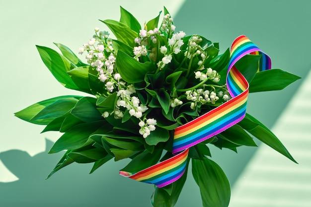 Mazzo di fiori, mughetto, con nastro arcobaleno. grazie a medici e infermieri, operatori chiave, materiale medico che combatte il coronavirus