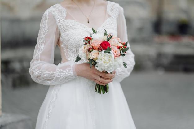 Mazzo di fiori nelle mani della sposa