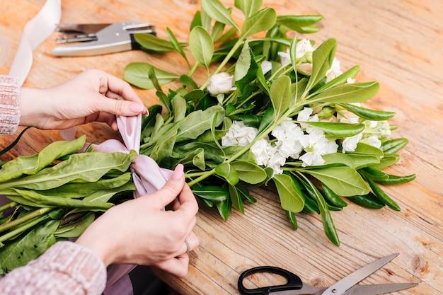 Mazzo di fiori obliquamente con un inchino