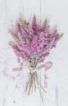 Mazzo di fiori rosa su bianco