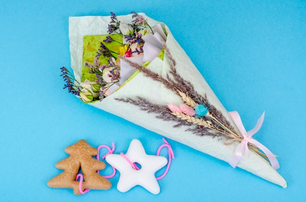 Mazzo di fiori secchi e biscotti di natale.