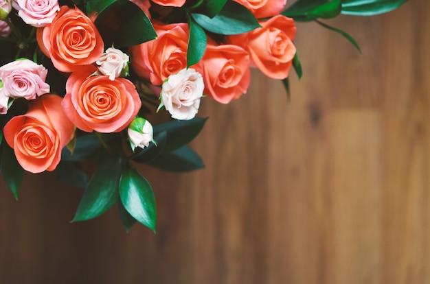 Mazzo di fiori - una composizione di rose. sfondo per la cartolina.