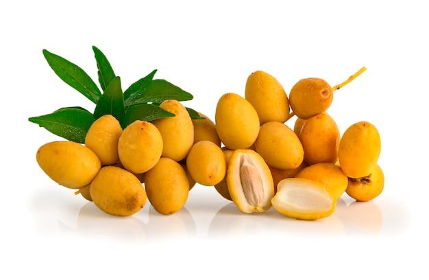 Mazzo di frutta fresca della data isolata su fondo bianco,