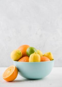 Mazzo di frutti organici in una ciotola