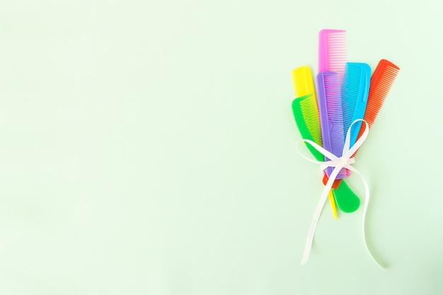 Mazzo di molti pettini di plastica multi-colored differenti dei capelli