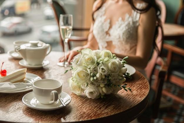 Mazzo di nozze su una tavola di legno. bouquet da sposa di fresia e rose