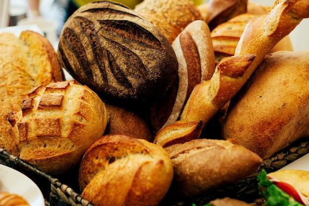 Mazzo di pagnotte di pane sul tavolo