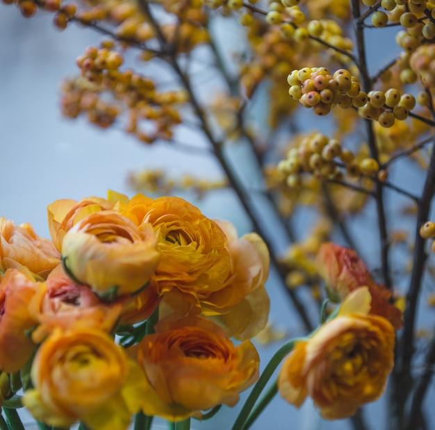 Mazzo di peonia arancione con fiori