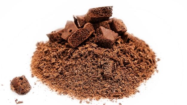 Mazzo di primo piano poroso nero dei pezzi del cioccolato