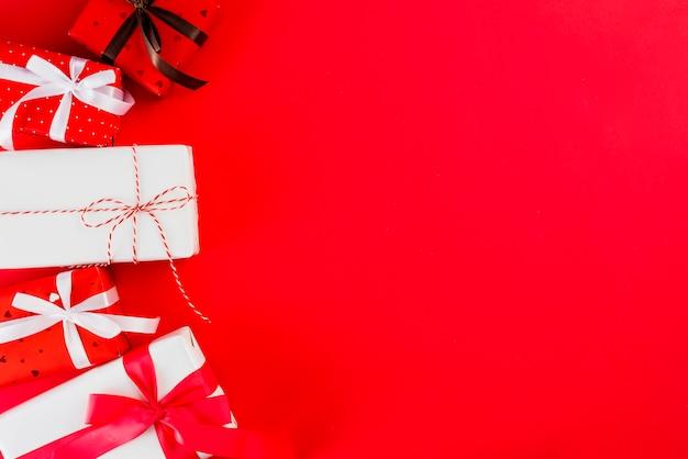 Mazzo di regali di san valentino su rosso