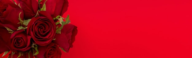 Mazzo di rosa di san valentino su fondo rosso con lo spazio della copia
