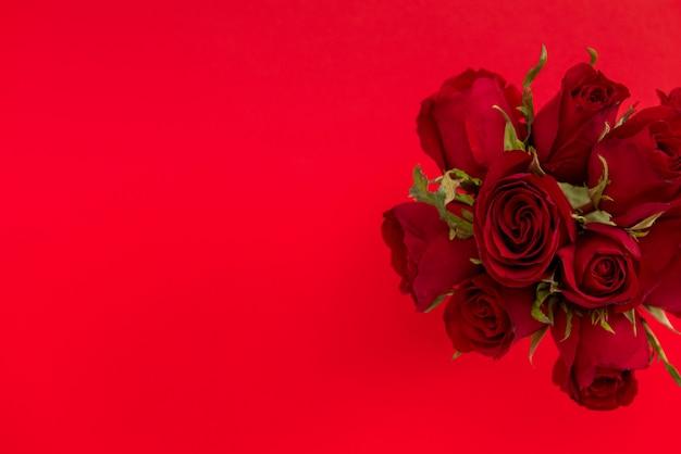 Mazzo di rosa di san valentino su fondo rosso