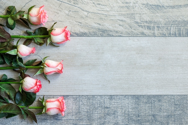 Mazzo di rose di vista superiore con lo spazio della copia