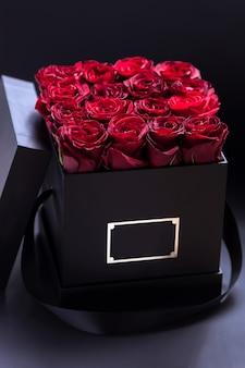 Mazzo di rose in una scatola nera