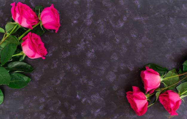 Mazzo di rose rosa su oscurità