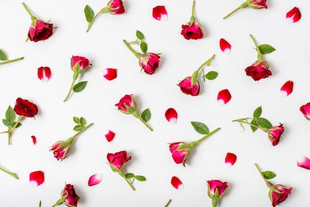 Mazzo di rose rosse sul tavolo