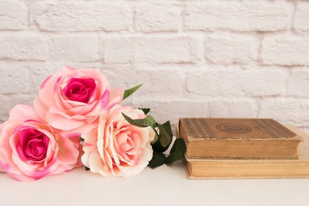 Mazzo di rose su una scrivania bianca
