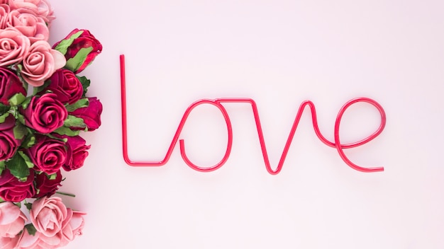 Mazzo di rose vicino alla scrittura d'amore
