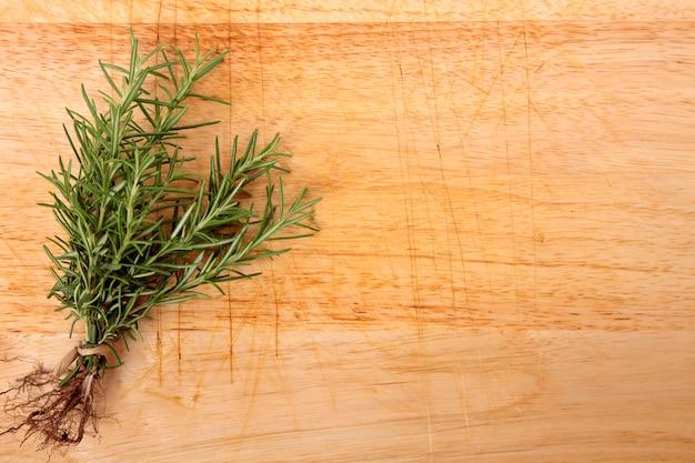 Mazzo di rosmarino fresco sulla tavola di legno
