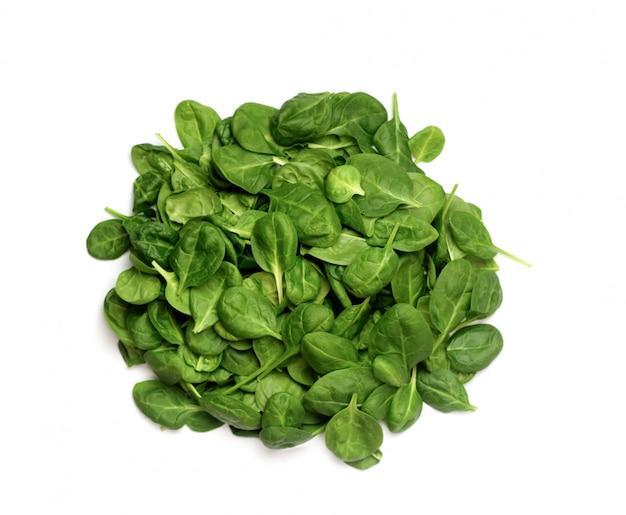 Mazzo di spinaci verdi su bianco