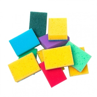 Mazzo di spugne colorate di lavaggio del piatto isolate su bianco