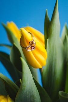 Mazzo di tulipani gialli e fede nuziale