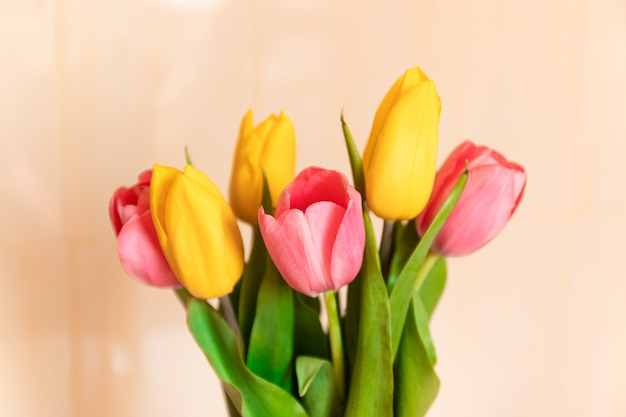 Mazzo di tulipani in un vaso di vetro in cucina