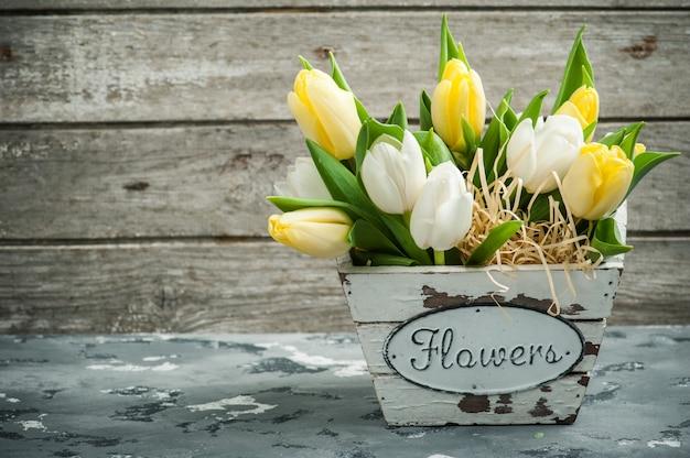 Mazzo di tulipani su calcestruzzo