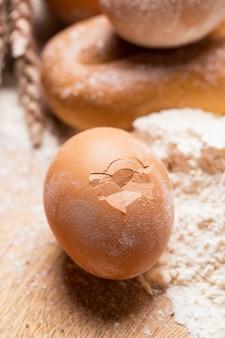 Mazzo di uova nella farina