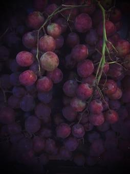Mazzo di uva rossa pronta da mangiare, sfondo di frutti sani