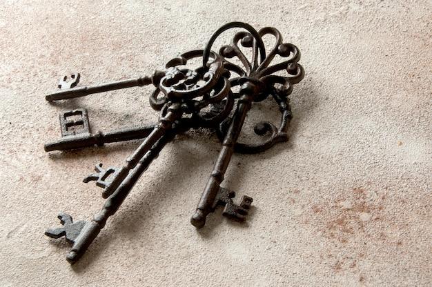 Mazzo di vecchie chiavi di ghisa