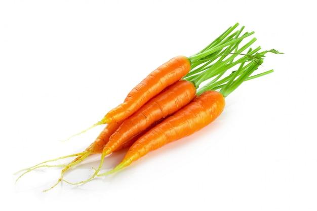 Mazzo di verdura delle carote di bambino isolata sopra fondo bianco.