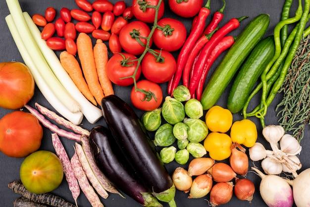 Mazzo di verdure sul nero