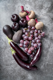 Mazzo di vista dall'alto di frutta e verdura sana