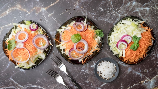 Mazzo di vista superiore di gustose insalate sul tavolo