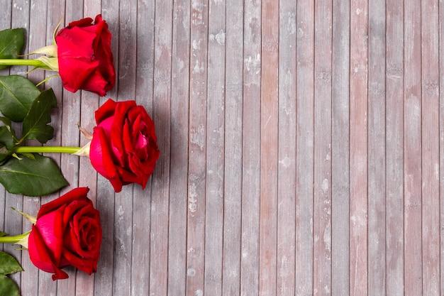 Mazzo di vista superiore di rose rosse con lo spazio della copia
