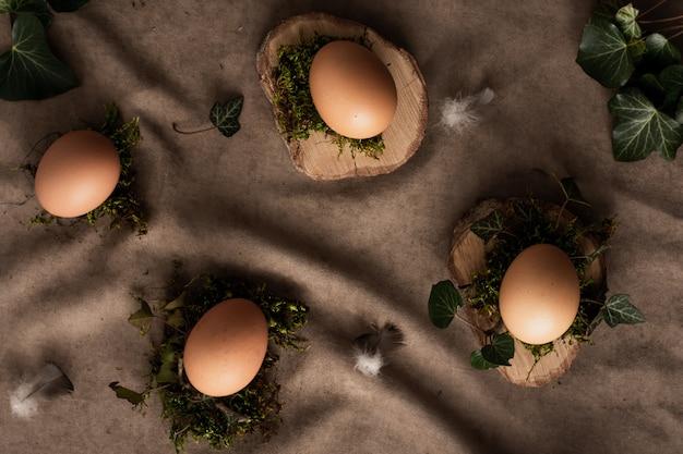 Mazzo di vista superiore di uova sul concetto della tavola