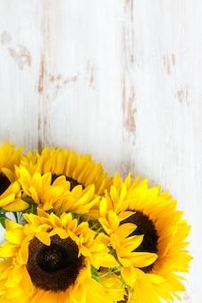 Mazzo giallo del girasole su fondo rustico bianco