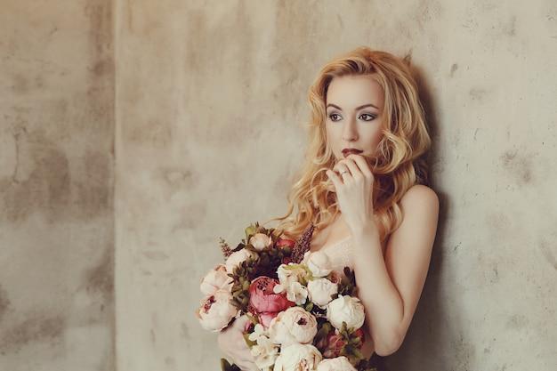 Mazzo splendido delle rose della tenuta della donna