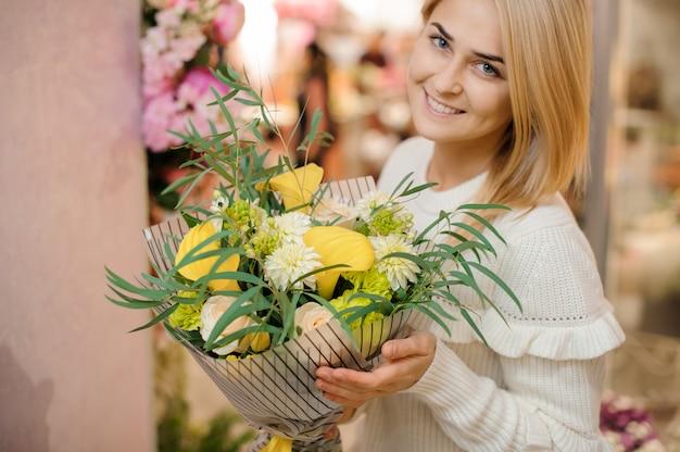 Mazzo sveglio del biglietto di s. valentino dei fiori gialli luminosi
