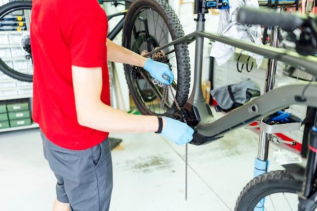 Meccanici che riparano la bicicletta nell'officina