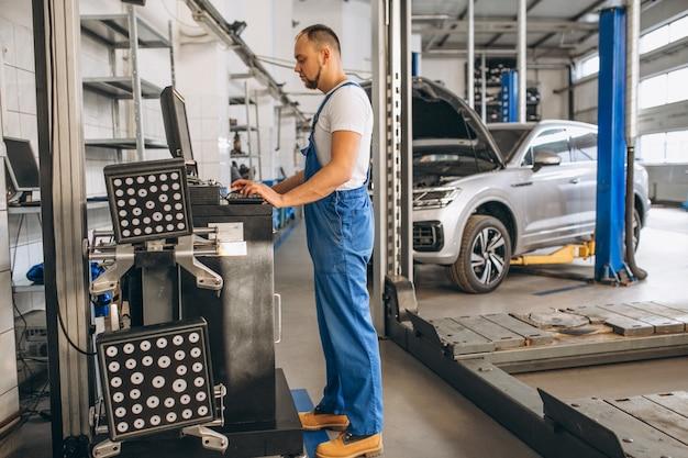 Meccanico auto che controlla il motore di automobile