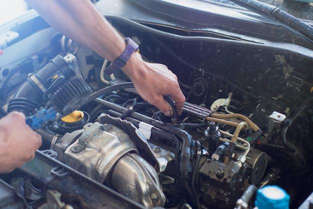 Meccanico auto riparazione auto. messa a fuoco selettiva