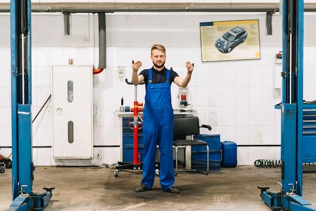 Meccanico che avvia la manutenzione