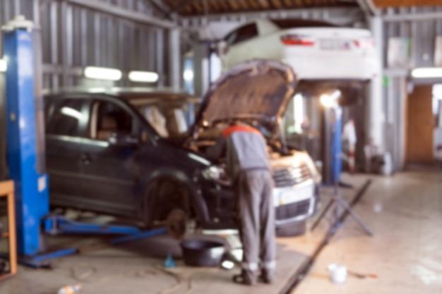 Meccanico che lavora in garage. servizio di riparazione.