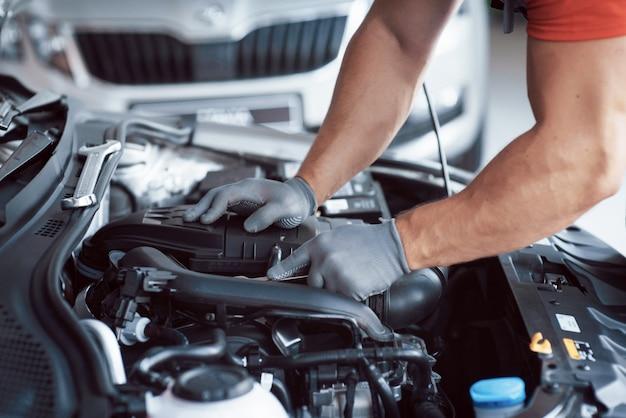 Meccanico che lavora in garage. servizio di riparazione