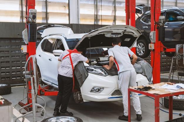 Meccanico che lavora manutenzione auto