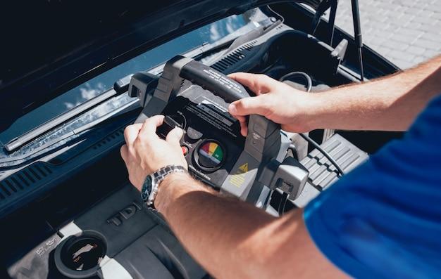 Meccanico che ripara auto