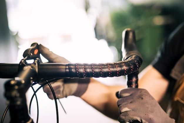 Meccanico che ripara una bicicletta